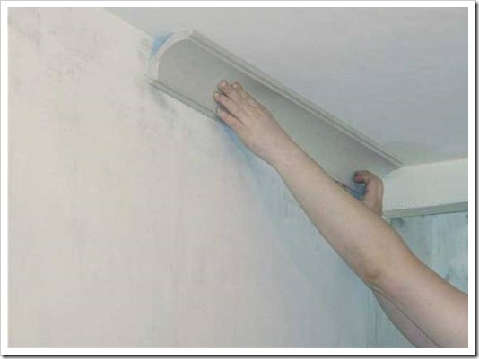 Как установить плинтус на потолок?