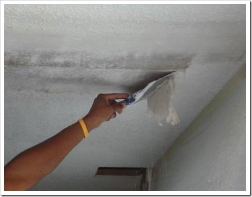 Очистка потолка от краски.