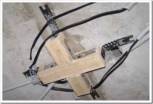 Крепление люстры на натяжной потолок.