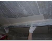 Как выровнять потолок шпаклевкой?