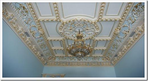 Дизайн потолка гостиной с лепниной.