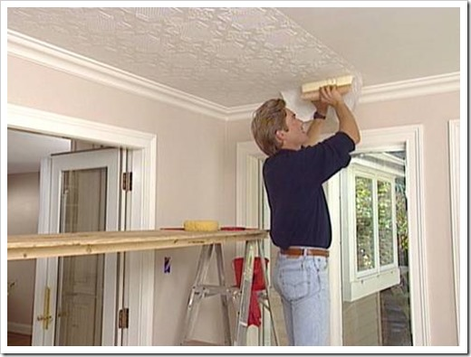 Как поклеить обои на потолок?