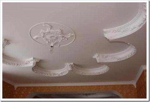 Классический потолок с лепниной.