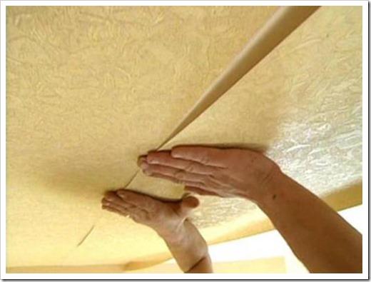 Поклейка потолка флизелиновыми обоями.