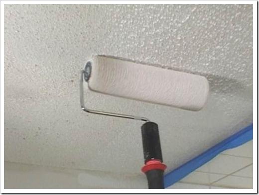 Покраска флизелиновых обоев на потолке.