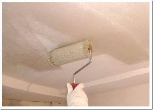 Грунтовка потолка перед покраской.