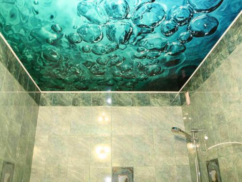 Натяжной потолок в ванную комнату: какой лучше